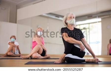 Yoga ritratto bella donna esercizio metà Foto d'archivio © zastavkin
