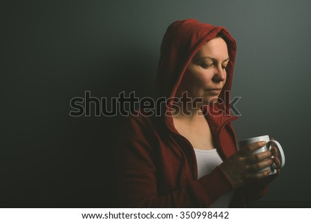 Gyönyörű piros kapucnis magányos nő iszik Stock fotó © stevanovicigor