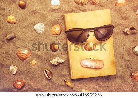 Leitura favorito velho livro férias de verão férias na praia topo Foto stock © stevanovicigor