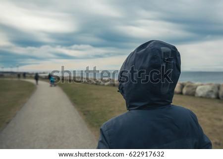 magányos · kapucnis · női · személy · mögött · áll - stock fotó © stevanovicigor