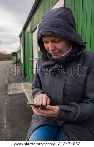 Autentikus nő tél kabát gépel sms Stock fotó © stevanovicigor