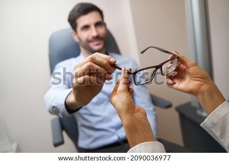 oculista · homem · par · óculos · jovem - foto stock © nito