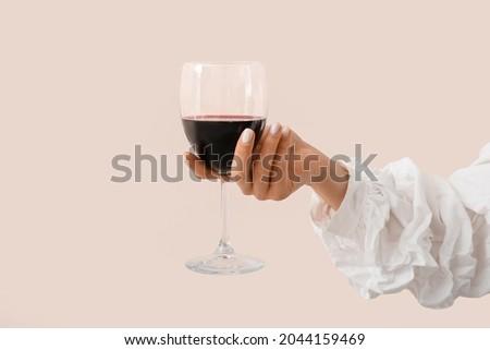 Piros manikűr ujjak tart üveg szőlő Stock fotó © iordani