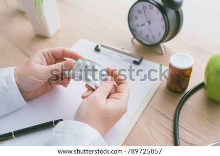 Kadın doktor genel ilaç ilaçlar Stok fotoğraf © stevanovicigor