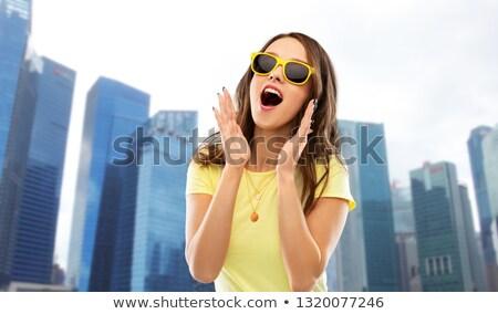 Verwonderd tienermeisje zonnebril Singapore zomer mensen Stockfoto © dolgachov