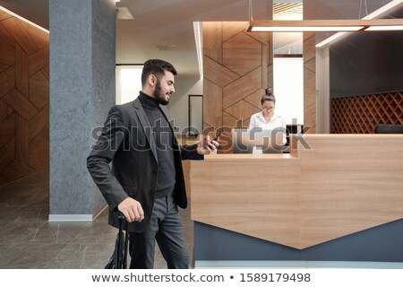 Fiatal üzlet utazó bőrönd okostelefon hotel Stock fotó © pressmaster