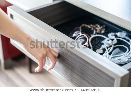 mulher · colar · pérolas · olhando · dinheiro · menina - foto stock © carlodapino