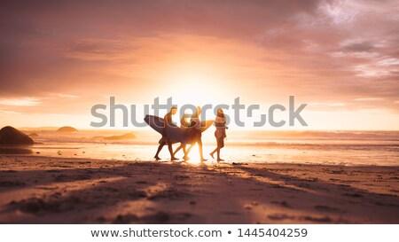 Négy személy hordoz szörfdeszkák jókedv sétál szabadság Stock fotó © IS2