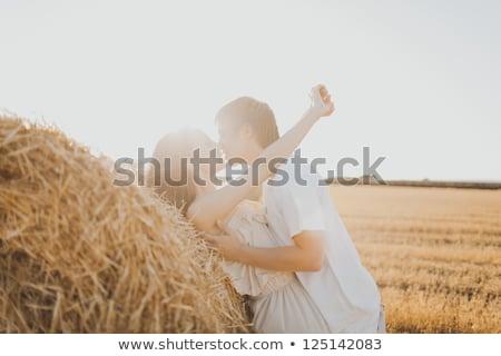 Gelukkig ontspannen samen hooiberg veld Stockfoto © deandrobot