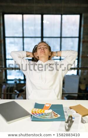 Jeunes designer mains derrière tête up Photo stock © pressmaster