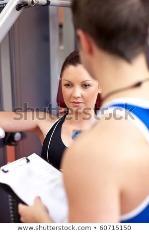 Tolakodó sportos nő pad sajtó edző Stock fotó © wavebreak_media
