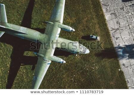 Militaire vervoer vliegtuig landing exemplaar ruimte blauwe hemel Stockfoto © Gordo25
