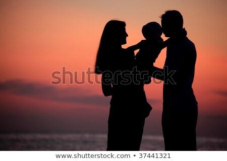 Silhuetas pais criança mar diminuir praia Foto stock © Paha_L