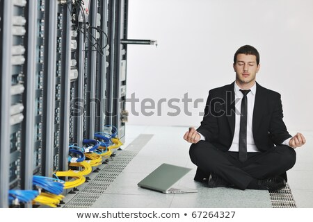 homem · de · negócios · prática · ioga · rede · servidor · quarto - foto stock © dotshock