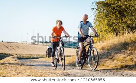 Idős pár lovaglás biciklik jobb fitnessz egészség Stock fotó © Kzenon