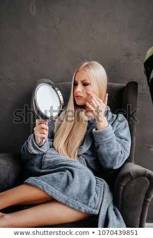 jeune · femme · regarder · miroir · fille · visage · femmes - photo stock © doodko
