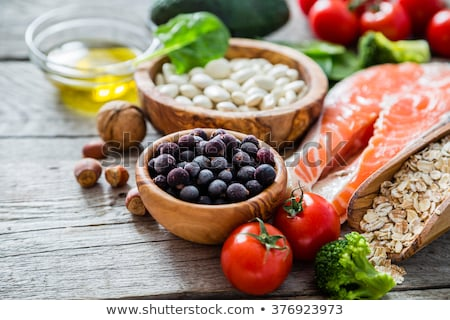Fitness alimentos saludables pesas alimentos bloc de notas mesa de madera Foto stock © karandaev
