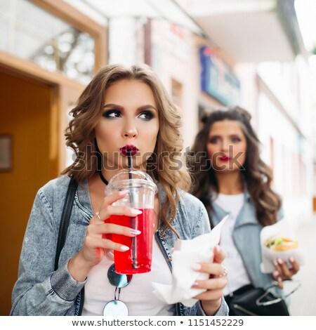 Iki şık kızlar yürüyüş sokak fast-food Stok fotoğraf © studiolucky