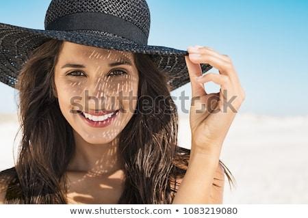Mooie jonge vrouw strand portret glimlachend brunette Stockfoto © elenaphoto