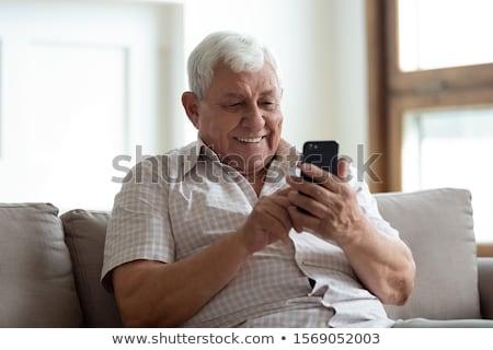 Idős férfi sms üzenetküldés mobiltelefon technológia fekete Stock fotó © bmonteny