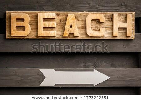 Yön tabelasını sahil sahil plaj rustik Stok fotoğraf © stevanovicigor