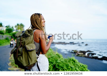 alegre · viajero · mochila · caminando · montanas - foto stock © rastudio