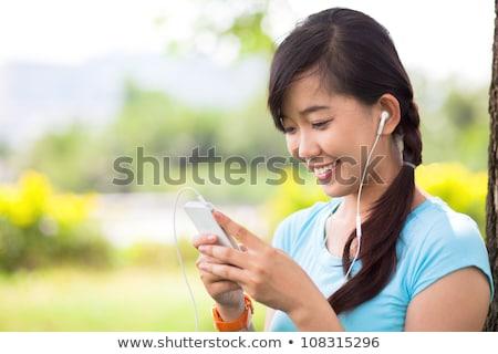 Tieners luisteren mp3-speler gras tiener park Stockfoto © IS2