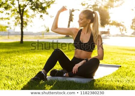 sportos · nő · mutat · bicepsz · fitnessz · tornaterem - stock fotó © deandrobot