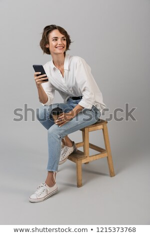 Mujer de negocios posando aislado gris pared sesión Foto stock © deandrobot