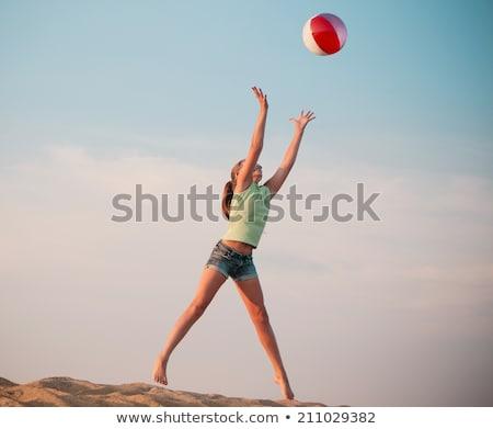 Tienermeisje zonnebril springen strandbal recreatie zomer Stockfoto © dolgachov