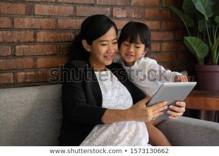 Incinta madre figlia gravidanza tecnologia Foto d'archivio © dolgachov