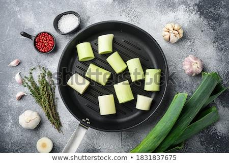 Póréhagyma serpenyő fa háttér zöld főzés Stock fotó © M-studio
