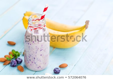 smoothie · slagroom · glas · tabel · drinken · zwarte - stockfoto © yelenayemchuk