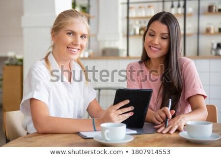 coffeeshop · vrouwelijke · vrienden · lokaal · drinken - stockfoto © kzenon