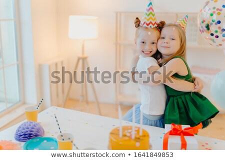 Vriendelijk twee meisjes omarmen goede relatie Stockfoto © vkstudio