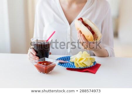 Vrouw eten chips hot dog cola Stockfoto © dolgachov