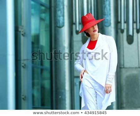 Mooie vrouw Rood hoed Blauw shorts permanente Stockfoto © imarin