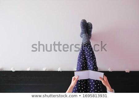 Jeunes couché jambes croisées blanche sourire Photo stock © wavebreak_media