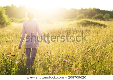 Femme marche domaine nature portrait couleur Photo stock © IS2