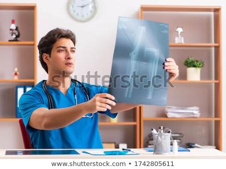 genç · doktor · bakıyor · tomografi · xray · görüntü - stok fotoğraf © elnur