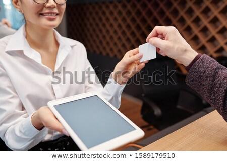 Jovem recepcionista touchpad cartão quarto de hotel empresário Foto stock © pressmaster
