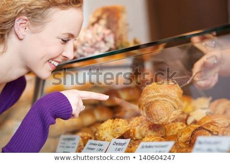 Boldog fiatal nő kiválaszt kenyér kirakat faliszekrény Stock fotó © HASLOO