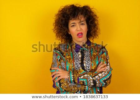 Portret geërgerd jonge vrouw witte shirt permanente Stockfoto © deandrobot
