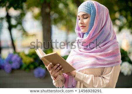 Jovem muçulmano feminino livro aberto leitura tempo Foto stock © pressmaster