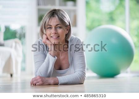 fitnessz · mosolyog · szőke · nő · nyújtás · fehér - stock fotó © lisafx