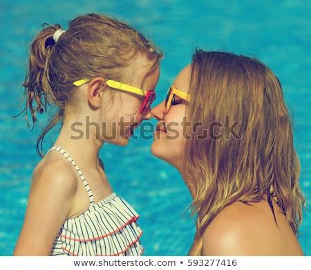 madre · hija · parque · piscina · toque · agua - foto stock © Paha_L