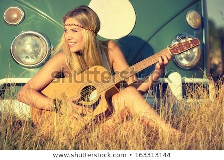 Сток-фото: привлекательная · девушка · гитаре · мнение · моде · фон