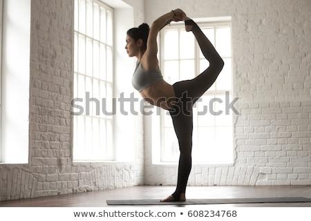 背面図 女性 立って ヨガのポーズ 若い女性 1 ストックフォト © deandrobot