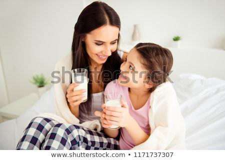 Fille potable lait lit maison maison Photo stock © wavebreak_media