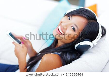 lächelnd · junge · Mädchen · Musik · hören · Kopfhörer · ruhend - stock foto © deandrobot